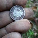 Derin olmasına rağmen küçük bir gümüş para buldum!