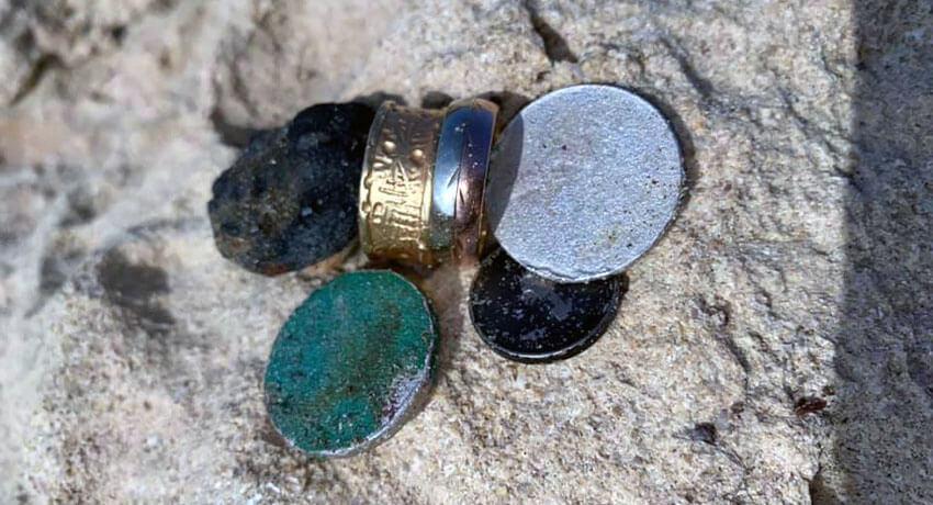 İki adet 14 ayar altın yüzük ve birkaç sikke